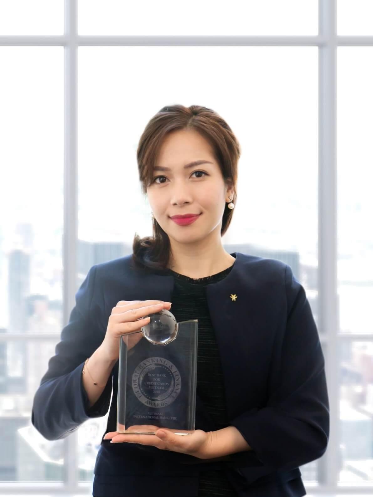 Bà Trần Thu Hương (Giám đốc chiến lược VIB) nhận giải thưởng từ GBAF